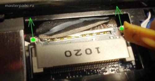 вытащить шлейф дисплея ноутбука Acer Aspire 5551 для ремонта