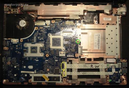 открутить материнскую плату и шлейфы ноутбука Acer Aspire 5551 для ремонта