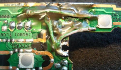 паяем припоем и перемычками место разлома платы переносного DVD-плеера Panasonic DVD-LS83