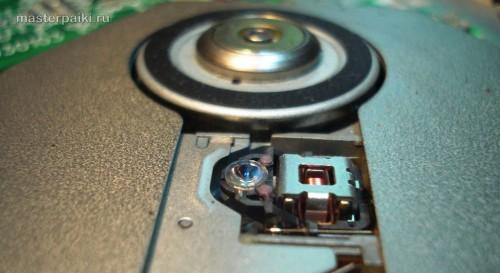 смотрим на чистоту линзы оптики портативного DVD-плеера Velas VDS-852B