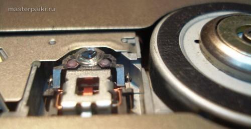 на линзу смотрим со всех сторон портативный DVD-плеер Velas VDS-852B