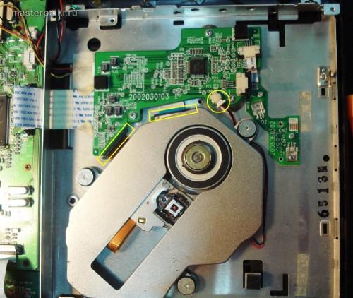 отсоединяем шлейфы блок оптики портативный DVD-плеер Velas VDS-852B