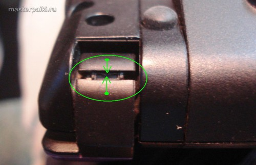 защелкиваем до конца корпус дисплея нетбука Acer Aspire One D260