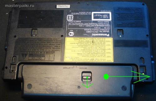 снимаем аккумулятор переносного DVD-плеера Panasonic DVD-LS83