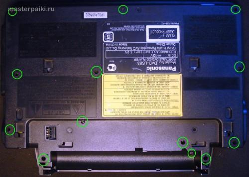 откручиваем винты снизу переносного DVD-плеера Panasonic DVD-LS83