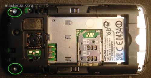 открутить два винта, удерживающих крышку сотового телефона Nokia С6-01.3(RM-718)