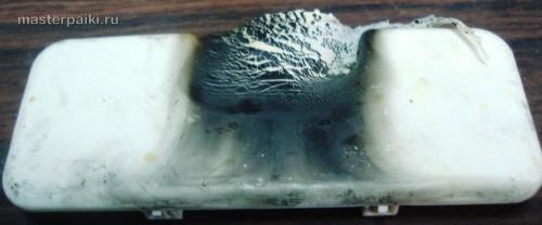 подгоревшая пластиковая заглушка волновода СВЧ-энергии