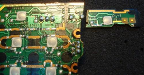 место разлома платы с обратной стороны у переносного DVD-плеера Panasonic DVD-LS83