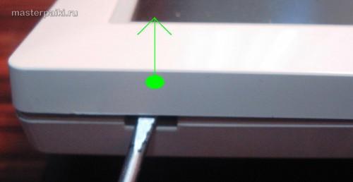 поддеваем защелку слева корпуса монитора Samsung SyncMaster 960bf