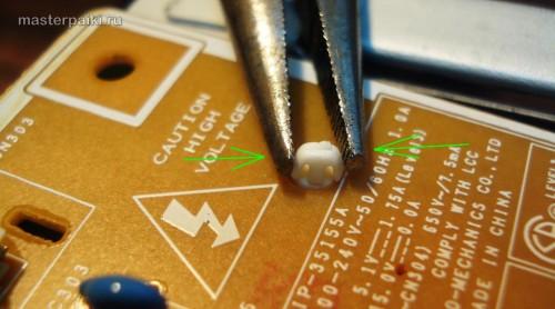 отцепляем защелки пластиковой защиты платы инвертора монитора Samsung SyncMaster 961BF