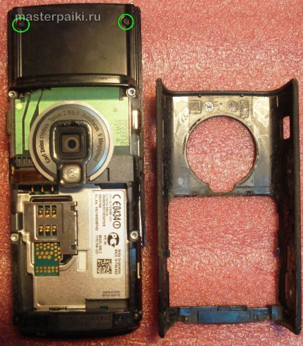 откручиваем болты смартфона Nokia N95 8Gb