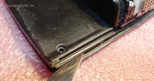 отмыкаем защелки экрана смартфона Nokia N95 8Gb