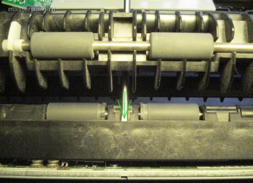 нажать отверткой в защелку сканера Canon DR-2580C