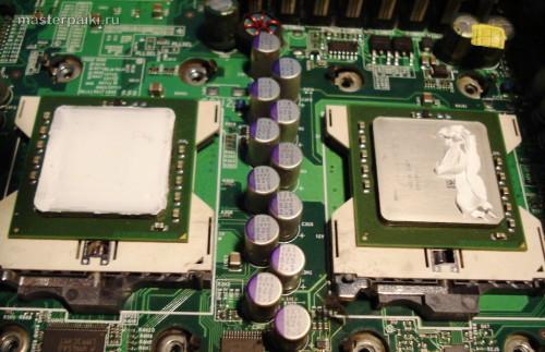 наносим термопасту на процессоры сервера
