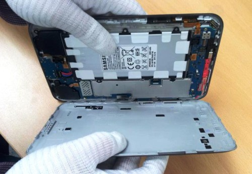 при разборке Samsung Galaxy Tab 2 P3100 придерживайте внутренности