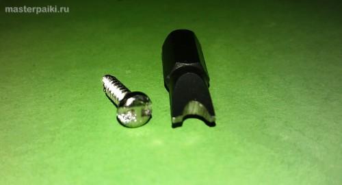 винт и двузубая U-образная отвертка для фена