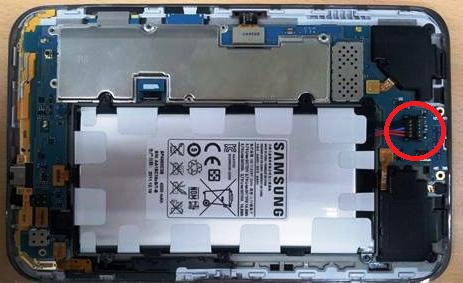 Чтобы снять аккумулятор Samsung Galaxy Tab2 P 3100 нужно его отсоединить