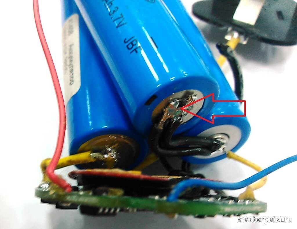 изолируем контакты внутри восстановленного аккумулятора шуруповерта своими руками