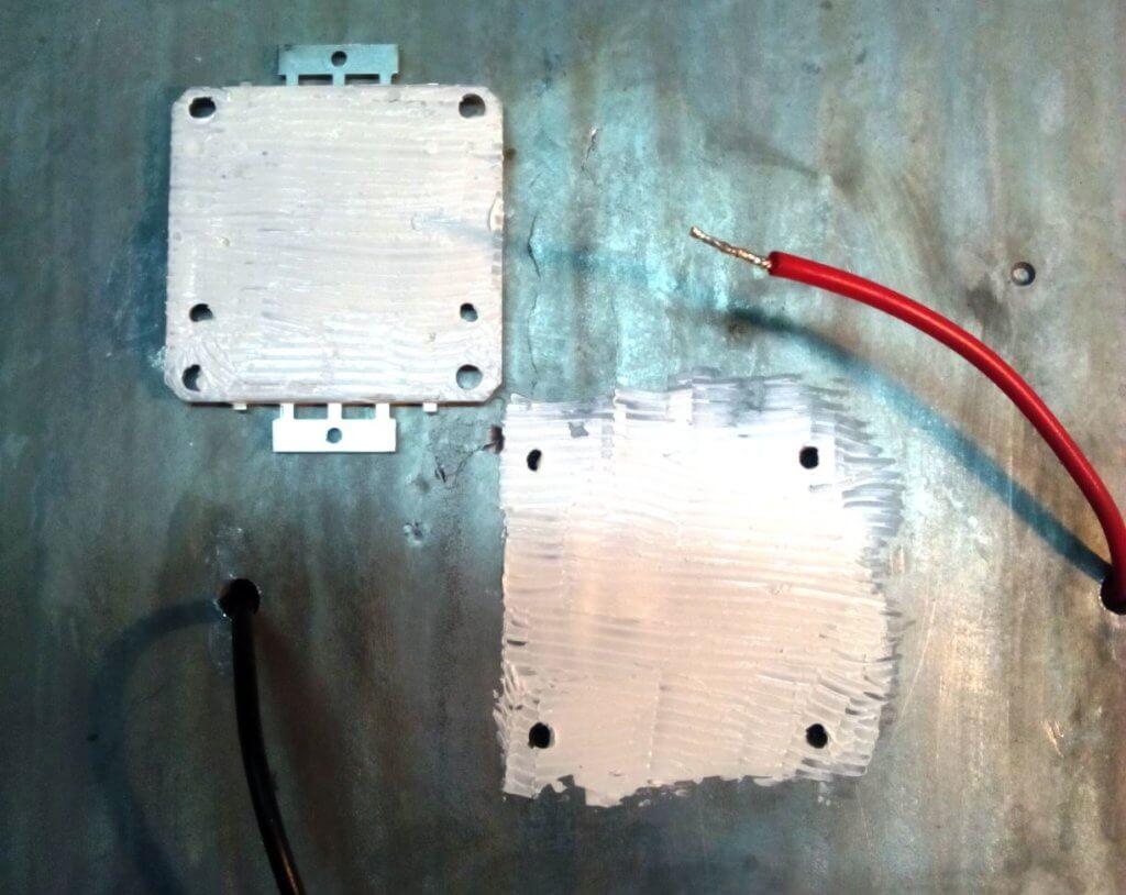 нанесение термопасты на место установки светодиодного модуля