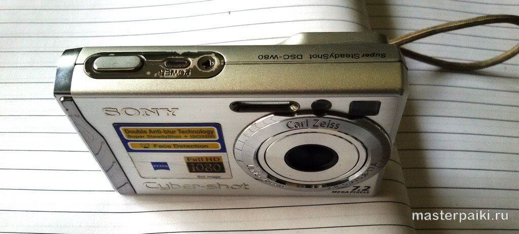 вид сверху на фотоаппарат Sony DSC-W80