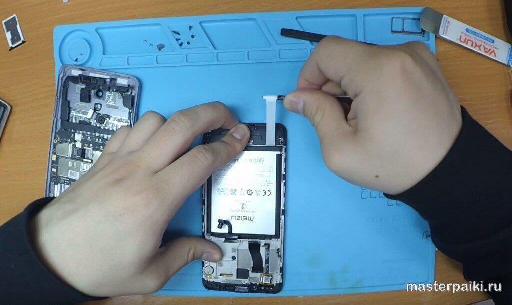 вытащить клеевой слой под батареей Meizu M5 Note