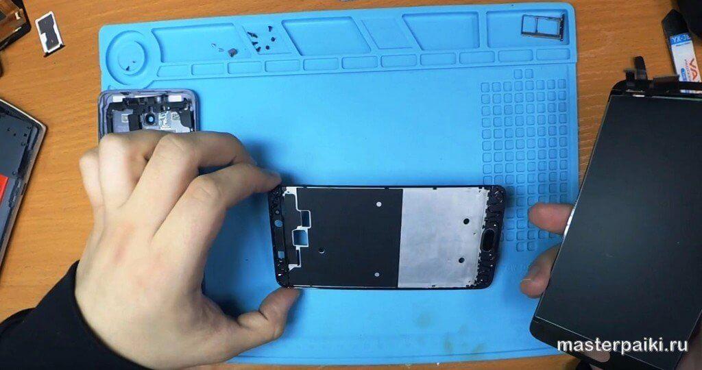 намазать клей по периметру рамки дисплея Meizu M5 Note