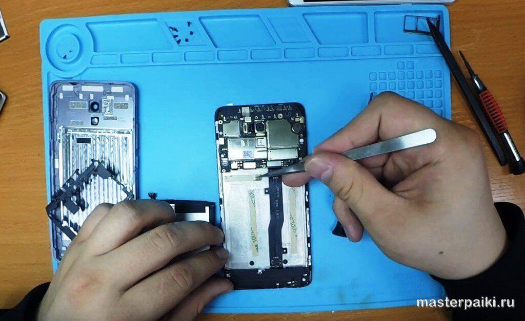наклеить скотч под батарею Meizu M5 Note