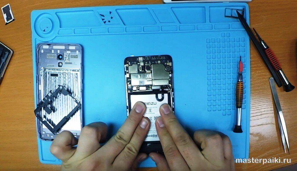 прижать батарею и подключить к плате Meizu M5 Note