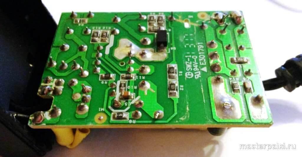 микротрещины на плате блока питания роутера D-link DIR-620